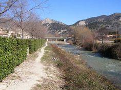 Bienvenue en Drôme Provençale dans le charmant village de Buis-les-Baronnies qui se trouve sur la Route des Princes d'Orange, autrefois emprunté par les princes d'Orange pour rejoindre leur baronnie d'Orpierre.  L'Ouvèze à Buis-les-Baronnies CC BY-SA  Budotradan