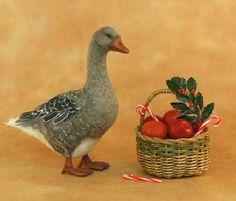 Charming little grey goose with basket of apples Barnyard Animals, Felt Animals, Needle Felted Animals, Needle Felting, Biscuit, Paperclay, Fairy Land, Miniture Things, Felt Art