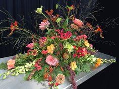 Soms vind je in de late nazomer toch nog zomerbloemen zoals de zinnia's in dit stuk Floral Wreath, Projects To Try, Wreaths, Flowers, Plants, Home Decor, Floral Crown, Decoration Home, Door Wreaths