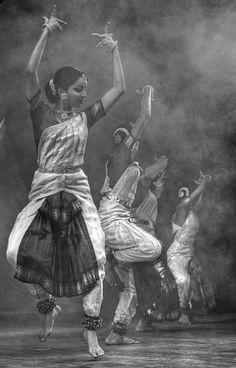 Dança típica indiana Bharathanatyam ShivaTandava : जटाकटाहसम्भ्रमभ्रमन्निलिम्पनिर्झरी-विलोलवीचिवल्लरीविराजमानमूर्धनि ।धगद्धगद्धगज्ज्वलल्ललाटपट्टपावके किशोरचन्द्रशेखरे रतिः प्रतिक्षणं मम ॥ २॥ Love it! Photography Workshops, Dance Photography, Female Photography, Shall We Dance, Just Dance, Folk Dance, Dance Music, Dance Positions, Indian Classical Dance