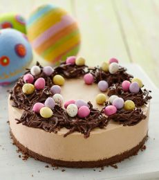 Feast your eyes on this delicious chocolate mousse cheesecake topped with chocolate noodle nests & mini Easter eggs and have yourself a happy Easter indeed!!