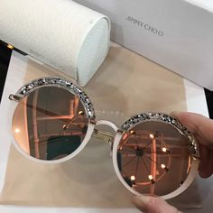 Love this glasses! Glasses Frames Trendy, Cool Glasses, Stylish Sunglasses, Round Sunglasses, Sunglasses Women, Lunette Style, Luxury Belts, Fashion Eye Glasses, Jimmy Choo Shoes