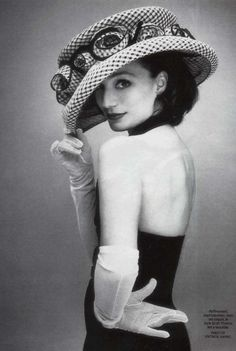 Per Kristin Scott Thomas Pin. Style: Ah la Refined Derby. Detail: Either need a horse, a horse show, or a horse race. Not appropriate for Montana Bucking Horse sale. Status: Dream on. Kristin Scott Thomas, Wearing A Hat, Love Hat, Mode Vintage, Vintage Style, Cute Images, Poses, Derby Hats, Ascot