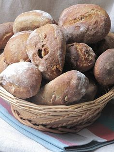 Cher et tendre n'a de cesse de réclamer ces petits pains au seigle et aux noix qu'il affectionne tant. S'il paraît que les italiens aiment...