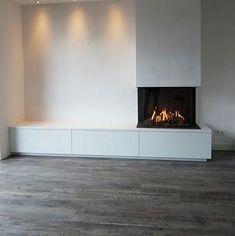 Deze haard staat in het middelpunt van de belangstelling! Bedroom Fireplace, Home Fireplace, Modern Fireplace, Living Room With Fireplace, Fireplace Design, Classy Living Room, Home Living Room, Living Room Designs, Living Room Decor