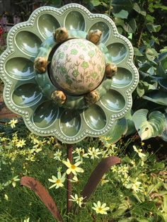 A clever repurposed flower. Plate Flowers Garden, Glass Plate Flowers, Flower Plates, Recycled Garden Art, Garden Crafts, Garden Projects, Garden Totems, Glass Garden Art, Outdoor Crafts
