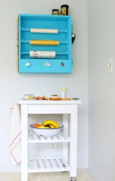 Sabe aquela cômoda velha que você ia jogar fora? Então…você pode dar uma nova vida para aquelas gavetas! Você pode criar mesas, prateleiras diferentes e totalmente únicas, com um toque aqui e outro ali, dá pra criar muita coisa diferente com simples gavetas! Veja abaixo 12 super ideias pra você se inspirar e se animar! …