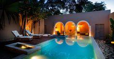pavimenti decorati, portici e vetrate. Un'abitazione storica, in Messico, dagli interni ariosi e protesi in giardino.