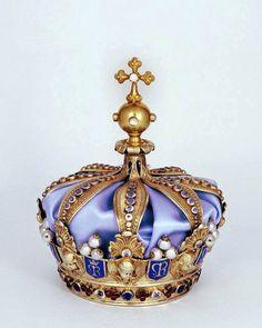 Cette couronne est celle de la Vierge de l 'eglise paroissiale de Rumengol au Faou dans le Finistère.  Couronnement date de Mai 1858. Elle est en argent, doré (Vermeil) ciselée, émaillée avec perles, diamants, émeraudes, rubis, cornalines, opales, turquoises et améthystes. Royal Crown Jewels, Royal Crowns, Royal Tiaras, Royal Jewelry, Tiaras And Crowns, Maria Theresia, Accesorios Casual, Crystal Crown, Circlet