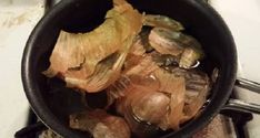Making tea from Onion skins. No caffeine drink like this is perfect for bed time. INGREDIENTS: Onion skins ( from 2 onions) DIRECTION: Put onion skins in 3 cups of water. Boil, turn the heat low and cook/brew for 5 min. Onion Benefits Health, Tea Benefits, Herbal Remedies, Natural Remedies, Healthy Drinks, Healthy Eating, Clean Eating, What Is Health, Gastro