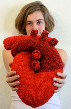 Tricotés à la main « Je vous donne mon cœur » Pillow - coeur anatomique - Nerd cadeau