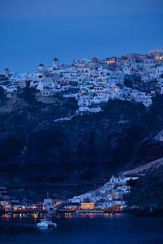 Moonlight bathes de town of Oia on de island of Santorini in de Cyclades_ Greece