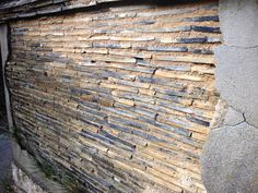 沖家室の路地裏で廃屋となっている外壁。 土に埋め込まれているのは瓦。 沖家室には結構多い。 他に瓦を使った外壁でお馴染なのは「なまこ壁」。 これは平瓦を外壁に貼り付け、 目地を漆喰で固めたもの。 ナマコの形に似ていることから「なまこ壁」と言... Yamagata, Roof Tiles, Fencing, Japan, Wood, House, Ideas, Fences, Woodwind Instrument