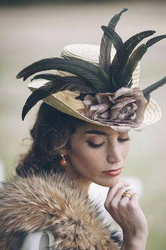 Sombreros de paja: tu mejor aliado .los sombreros de paja. Hay tanta variedad y tantos modelos que se pueden usar para todo lo que se te ocurra (incluso de decoración oye) pero si hay algo en lo que quedarán genial es para acompañar un look tan especial como lo es una boda.