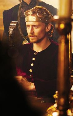 """THIS IS WHERE I GOT MY CRUSH ON TOM HIDDLESON ~ HIS ROLE AS. """"KING HENRY V"""" IN BBC'S """"THE HOLLOW CROWN""""."""