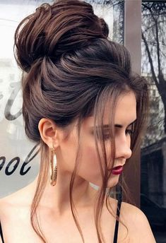 See our great hair updos for the Christmas or New Year's Eve party - makeupacc. See our great hair High Bun Hairstyles, Pixie Hairstyles, Hairstyles 2018, Woman Hairstyles, Hairstyles Pictures, Fringe Hairstyles, Black Hairstyles, Casual Hairstyles, Beautiful Hairstyles