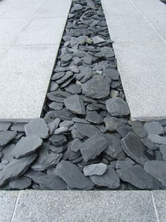 Canadian Slate tussen betontegels. Sober en stijlvol