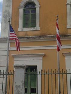Antiguo Asilo de Beneficiencia (10:57am) segun el reglamento las banderas estan bien colocadas.