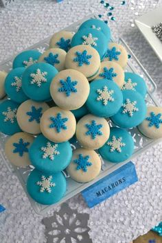 Gorgeous snowflake topped macarons at a Frozen Birthday Party! See more party… Disney Frozen Party, Frozen Birthday Party, Frozen Princess Party, Frozen Party Food, Elsa Birthday, Birthday Cupcakes, Birthday Party Themes, Candy Bar Frozen, Party Cupcakes