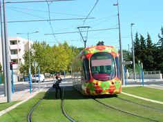 Après l'âge d'or de l'entre-deux-guerres, le tramway est supplanté par la voiture. Il faudra attendre le choc pétrolier de 1973 pour relancer les projets de tram qui se concrétiseront dans les années 1990. Intégrés à des sites propres et repensés, ils redeviennent des modes de transports pratiques et agréables, comme cette drôle de chenille à Montpellier.