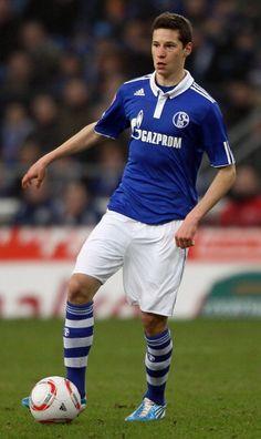 FC Schalke 04 (Bundesliga): Traditional but fresh - great color combo, socks, etc. Football Icon, Best Football Players, World Football, Nike Football, Soccer Players, Julian Draxler, Soccer Guys, World Of Sports, Premier League