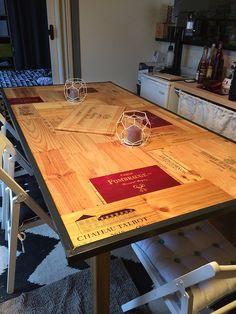 Table en estampes de caisses à vin toutes les étapes de fabrication sur pourquoipasdesign.fr Wine Crate Table, Table Bar, Diy Table, Epoxy Resin Table, Palette, Crates, Sweet Home, Woodworking, House Design