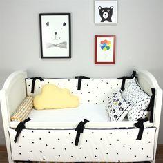 """Se você ainda está pensando na decoração do quarto do bebê e quer fugir totalmente do convencional, vai se inspirar com o nosso post de hoje. Principalmente se for uma mamãe moderna, antenada em moda. Sabe aquele """"pretinho básico""""? Ele também pode ser o diferencial no enxoval do bebê. Já pensou em um kit berço preto e branco? Trouxemos algumas ideias para você conferir a versatilidade dessa combinação!"""