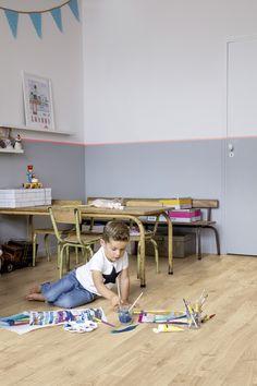#Habitación #infantil decorada con tonos pasteles y elementos rurales. #Tarima #Vinílica #QuickStep modelo Roble Otoño Natural Claro. Suelos silenciosos, suaves y resistentes al agua, creando un ambiente cómodo y seguro para los peques de la #casa.