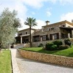 Magnificent, spacious country house, clad in Majorcan stone and surrounded by a landscaped garden incorporating mediterranean plants, split levels, pergolas and an infinity pool with views of the Tramontana mountain range, and the villages of María de la Salut and Ariany, thus blending the property into the Majorcan countryside.