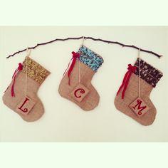 Bota navideña - hechas con yute, tela y letra bordada con lana - burlap - christmas