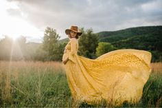 Create a gorgeous gallery of 50 photographs with these five perfect maternity poses! We walk you through it, step-by-ste Yellow Maternity Dress, Maternity Shoot Dresses, Outdoor Maternity Photos, Maternity Poses, Maternity Portraits, Celebrity Maternity, Summer Maternity, Sibling Poses, Happy Pregnancy