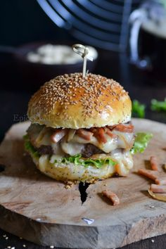Berger savoyard - The Best Soft Recipes Crockpot Recipes, Chicken Recipes, Cooking Recipes, Whole Foods Market, Crazy Burger, Fancy Dinner Recipes, Mini Burgers, Good Food, Yummy Food