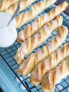 Pyszne paluchy drożdżowe z twarogiem to klasyk wśród drożdżowych wypieków. Często można kupić je w cukierniach, jednak zazwyczaj ciasta jest w nich za dużo, a twarogu za mało. Dlatego w moim przepisie równoważę proporcje i w delikatnym cieście zamykam dość sporą ilość słodkiej serowej masy. Polecam. :) Polish Desserts, Cookie Desserts, Sweet Pastries, Bread And Pastries, Delicious Desserts, Yummy Food, Anko, Food Humor, Yummy Cakes