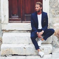 Erik Forsgren Smart Casual Navy Blue Suit, White T-Shirt & Sneakers. Suits And Sneakers, Sneakers Fashion, White Sneakers, Women's Sneakers, Mode Masculine, Smoking Azul, Oversized Fashion, Costume Bleu Marine, Color Combinations For Clothes