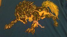 camiseta con un lobo pintado