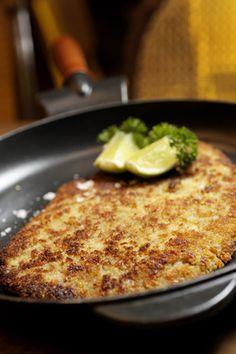 bife milanesa1 kg de coxão mole cortado em bifes  150 g de farinha de trigo  250 ml de leite   200 ml de óleo de milho  1 ovo  200 g de farinha de rosca (pão de milho)  1 ramo de alecrim  sal   pimenta-do-reino