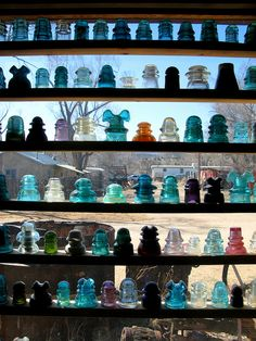 Glass insulators instead of curtains! Bottle Trees, Glass Insulators, Isolation, Vintage Bottles, Canning Jars, Twinkle Lights, Antique Glass, France, Pottery Art