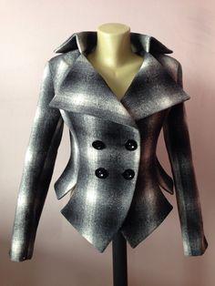Dit is een zeer stijlvolle en elegante wollen plaid jas. Leght 56cm - aan achterkant. gemaakt van zeer zacht en hoge kwaliteit wollen stof, silk voering. MAATTABEL MAAT S - U.S. 6, 8, UK EU 36 Bust: buste rond 34.5/ 90cm Taille: taille rond 27.5/ 70cm Heupen: heupen rond 34.5/ 90cm