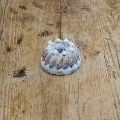 IENIEMIENIE — Ingredienten: 100% Plantaardig vet, gestreepte zonnepitten, saffloorpitten, pinda's, raapzaad, lijnzaad, kanariezaad, Franse hennepzaad, milo, hele gepelde haver, maïsgrutten, tarwe, gierst, gebroken erwten, gerst, gemalen oesterschelpen en bloem. Doorsnede: 6 centimeter. Hoogte: 4 centimeter. Decoratie kan per keer verschillen. Winter, Camembert Cheese, Dairy, Food, Houses, Pies, Winter Time, Homes, Essen