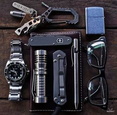 What do you have in your everyday carry kit? EDC kits are very personal and what you carry might be very different from what someone else will carry. Edc Tools, Survival Tools, Mochila Edc, Edc Essentials, Everyday Carry Items, Edc Gadgets, Edc Tactical, Edc Gear, Krav Maga