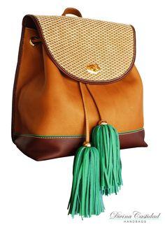 Back Bag en cuero graso miel y marrón, tapa en fibra + pompón en verde pasto neon!! by DCH