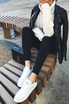 Mode femme automne/hiver avec une veste en cuir, un pull blanc col roulé et des baskets blanche
