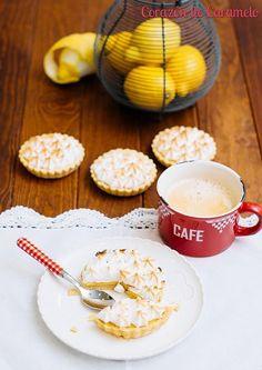 El Lemon Pie o la tarta de limón es de esas tartas que se puede hacer con mil rectas diferentes y seguro que todas salen buenísimas. Desde la masa que puedes hacer masa quebrada, masa sucre o una mezcla de galletas con mantequilla, hasta el relleno que lo puedes hacer
