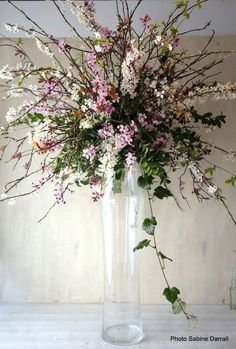 If you're looking for cheap wedding flowers, choosing blooms that are in season is just one way to save on your wedding flowers. Here's how to budget. Inexpensive Wedding Flowers, Simple Wedding Centerpieces, Diy Wedding Flowers, Cheap Flowers, Party Centerpieces, Wedding Costs, Budget Wedding, Wedding Ideas, Wedding Inspiration