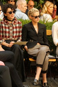 Vincent Couple Up CFDA/Vogue Fashion Fund Event: Photo Kristen Stewart sits front row with her girlfriend St. Vincent at the CFDA/Vogue Fashion Fund Show and Tea on Wednesday (October at the Chateau Marmont in Los… Kristen Stewart Girlfriend, New Girlfriend, Teen Star, Kirsten Stewart, Fall Fashion Outfits, Fashion Trends, Vogue Fashion, Europe Fashion, Looks Cool