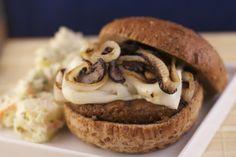 Pilz-Burger mit karamellisierten Zwiebelringen und veganem Mozzarella © PETA USA