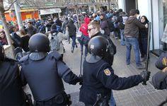 REUTERS - La Policía se dispone a cargar contra un grupo de manifestantes.