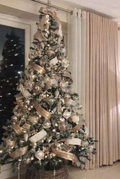 Easy DIY Christmas Tree Ideas 2019 - Page 25 of 31 - Veguci Christmas Tree Decorating Rustic Christmas Tree Decoration Christmas Tree Ideas Christmas Decor Reveal Elegant Christmas Trees, Silver Christmas Decorations, Ribbon On Christmas Tree, Christmas Tree Design, Christmas Tree Themes, Rustic Christmas, White Christmas, Decorated Christmas Trees, Silver Christmas Tree