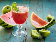 Vesimelonista syntyy omenan kanssa limetillä ja mintulla maustettu raikas juoma. Watermelon, Smoothies, Fruit, Drinks, Food, Summer, Beverages, Summer Time, Summer Recipes