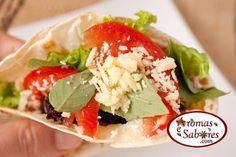 Sanduíche tipo wrap com peru, queijo, tomate e manjericão